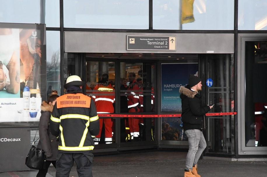 Służby przy wejściu na jeden z terminali lotniska /PAP/EPA/LARS EBNER /PAP/EPA