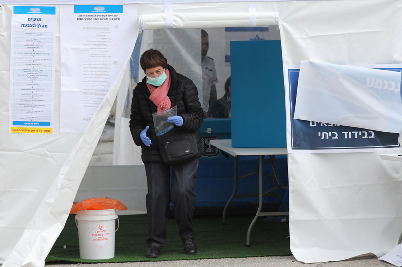 Służby ratownicze MDA przekazały, że 4 073 osób głosowało w namiotach wyborczych. /ABIR SULTAN /PAP/EPA