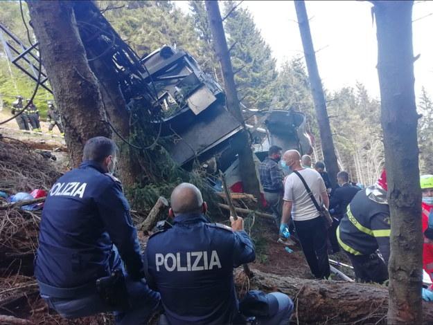 Służby ratownicze na miejscu wypadku kolejki linowej w pobliżu jeziora Maggiore. Zdjęcie udostępnione przez włoską policję /ITALIAN POLICE HANDOUT /PAP/EPA