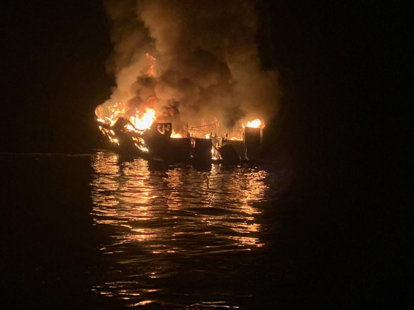 """Służby ratownicze w Santa Barbara odebrały sygnał """"mayday"""" ze statku bazy płetwonurków Conception w poniedziałek nad ranem czasu lokalnego /MATT UDKOW/SANTA BARBARA COUNTY FIRE HANDOUT /PAP/EPA"""