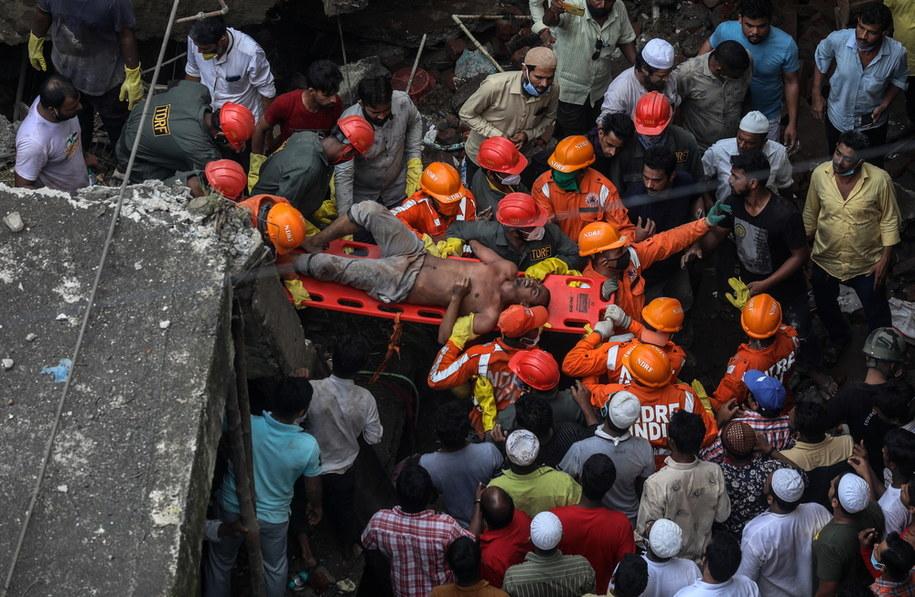 Służby ratują ocalałych mieszkańców budynku, który zawalił się w Indiach /DIVYAKANT SOLANKI /PAP/EPA