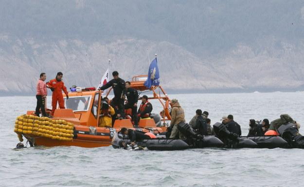 Służby ratunkowe na miejscu tragedii /PAP/EPA/Kimimasa Mayama /PAP/EPA