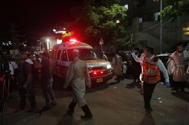 Służby ratunkowe przed synagogą /ATEF SAFADI  /PAP/EPA