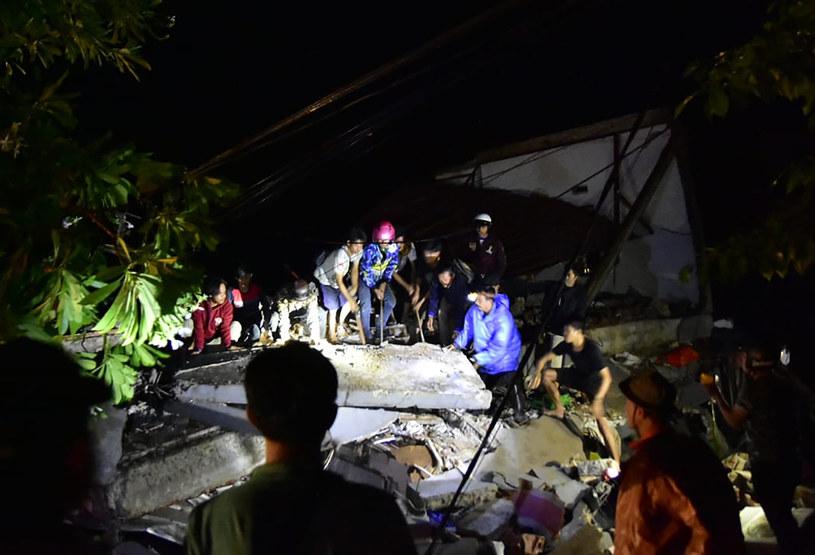 Służby ratunkowe przeszukują gruzy /AFP
