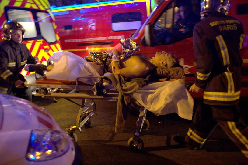 Służby ratunkowe transportują do szpitala ranionego w Bataclan mężczyznę /PAP/EPA