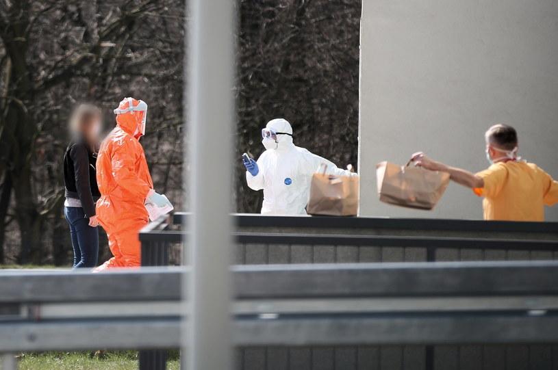 Służby sanitarne przed siedzibą Szpitala Uniwersyteckiego w Krakowie /PAP/Łukasz Gągulski /PAP