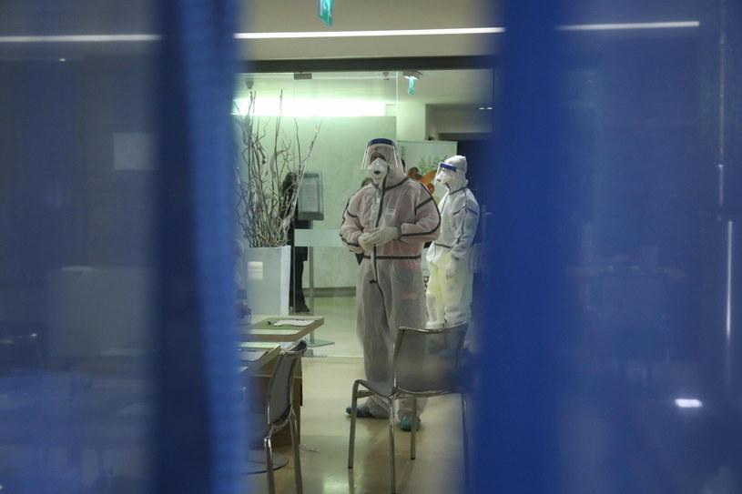 Służby sanitarne w jednym z hoteli w Palermo /IGOR PETYX /PAP/EPA