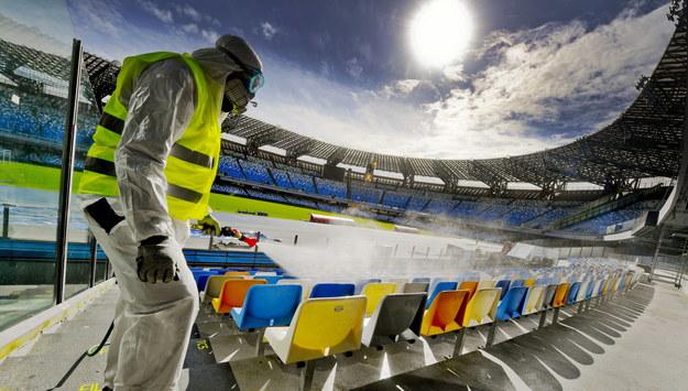 Służby sanitarne we Włoszech dezynfekują także stadiony sportowe /CIRO FUSCO /PAP/EPA