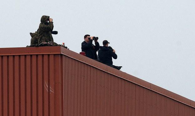 Służby specjalne obserwują przylot samolotu Air Force One z prezydentem Stanów Zjednoczonych /Radek Pietruszka /PAP