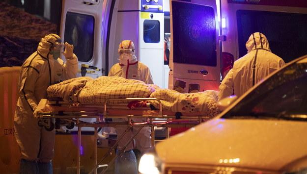 Służby transportują pacjenta do szpitala w Wuhan /STRINGER /PAP/EPA