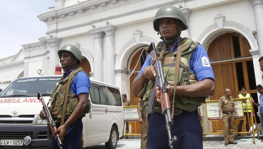 Służby w miejscu ataku na jeden z kościołów w Kolombo /M.A. PUSHPA KUMARA /PAP/EPA