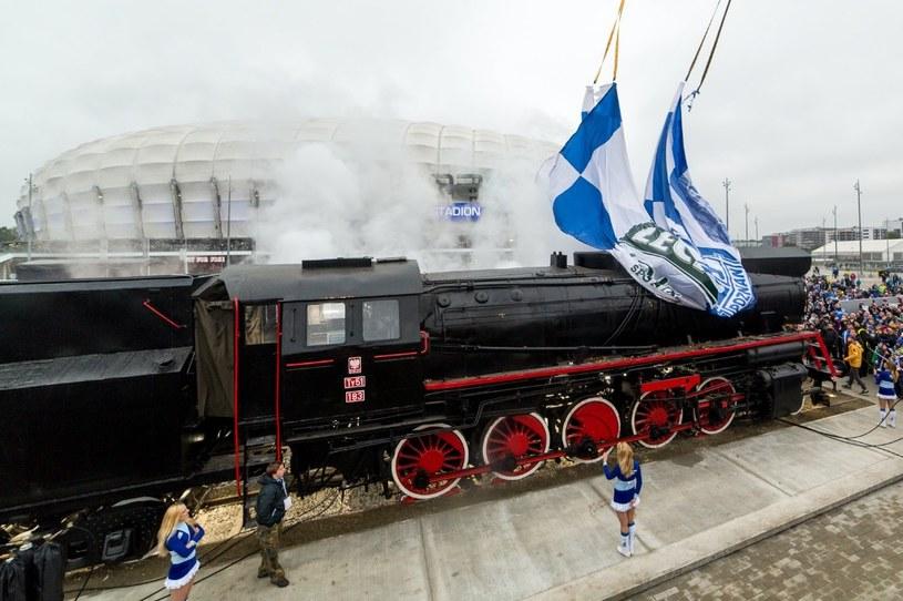 Słynna lokomotywa stanęła przed stadionem w Poznaniu /Twitter @lechpoznan /INTERIA.PL