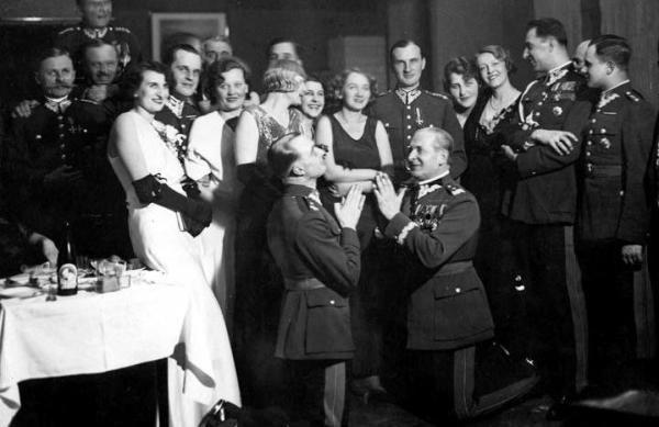 Słynne były bale i rauty organizowane przez polską arystokrację. Wódki nie żałowano (po prawej klęczy gen. Wieniawa-Długoszowski) /archiwum prywatne