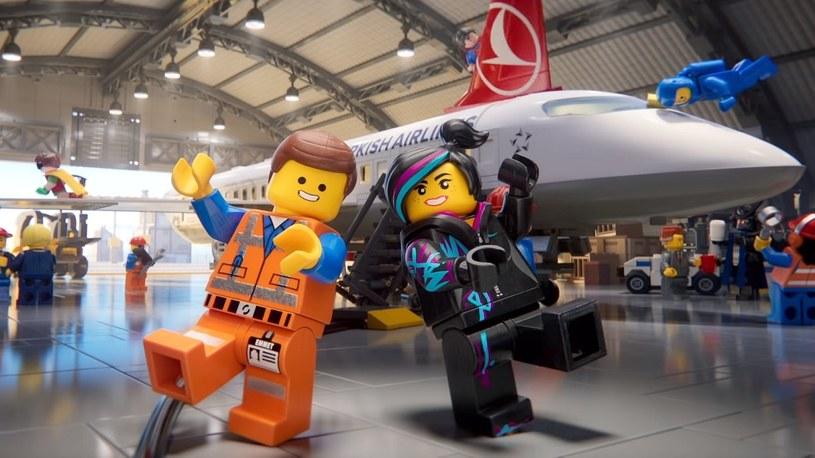 Słynne postacie z LEGO opowiadają z humorem o bezpieczeństwie w samolocie /Geekweek