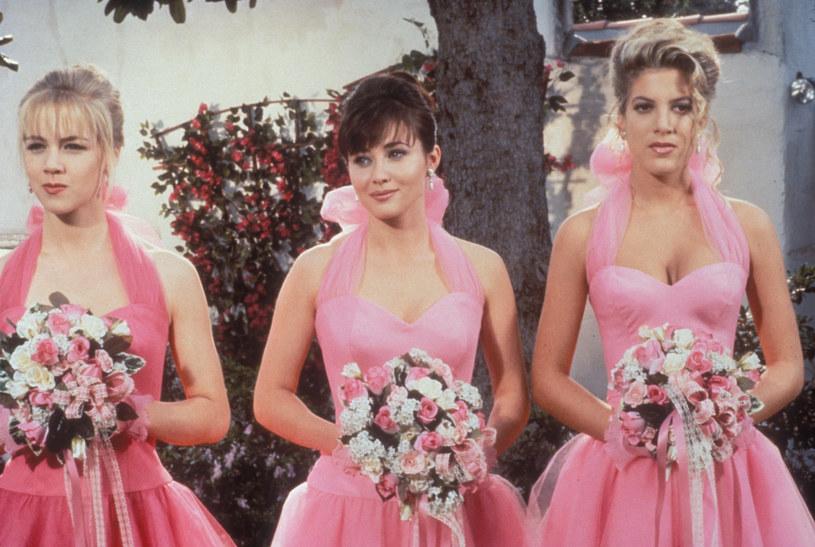 Słynne udrowo-różowe suknie druhen - Kelly, Brendy i Donny. /CBS Drama /materiały prasowe