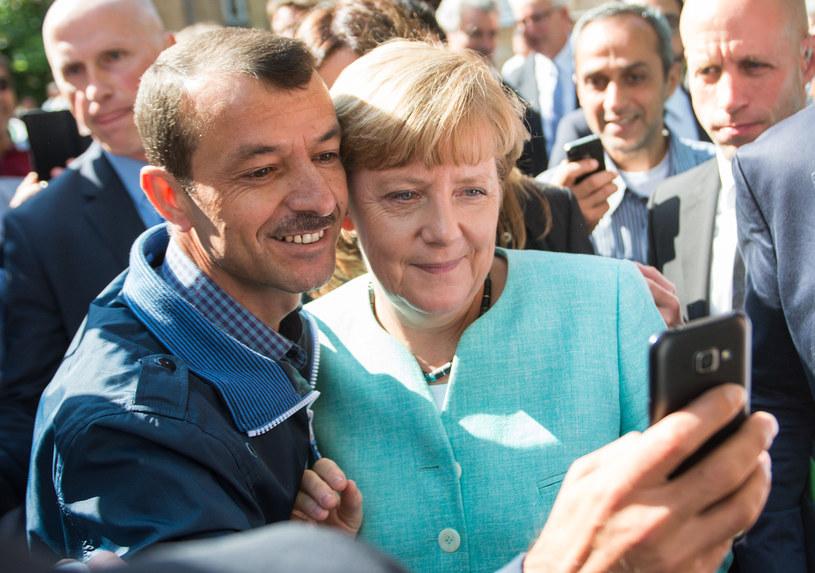 Słynne zdjęcie Angeli Merkel w towarzystwie uchodźcy /AFP