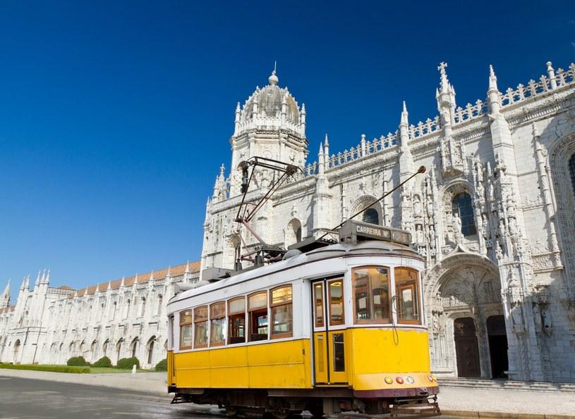 Słynny portugalski żółty tramwaj, a w tle misternie zdobiony klasztor Hieronimitów /123RF/PICSEL