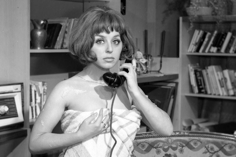 """Słyszałam, że pan Gomułka rozbił telewizor, kiedy zobaczył moje omdlewające spojrzenie - przyznała Kalina Jedrusik. Tu w """"Lekarstwie na miłość"""" /East News"""