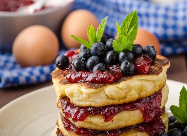 Smaczne i słodkie placuszki z jagodami /123RF/PICSEL