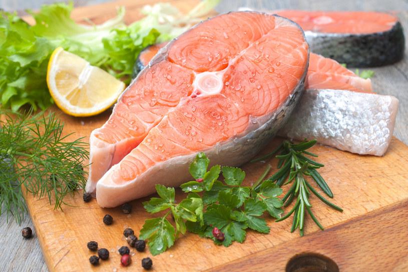 Smak ryb doskonale uzupełniają świeże i suszone zioła /123RF/PICSEL