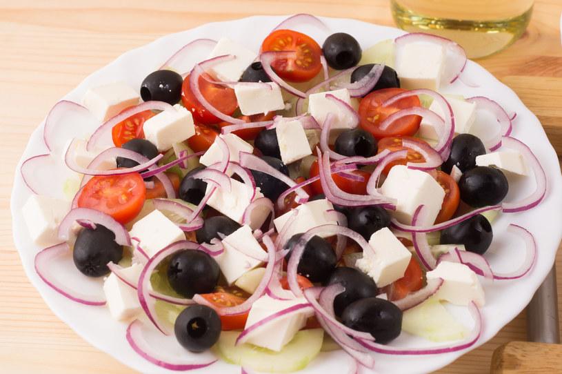 Smak sałatki można wzbogacić dodając do każdej porcji kilka plasterków świeżego ogórka /123RF/PICSEL