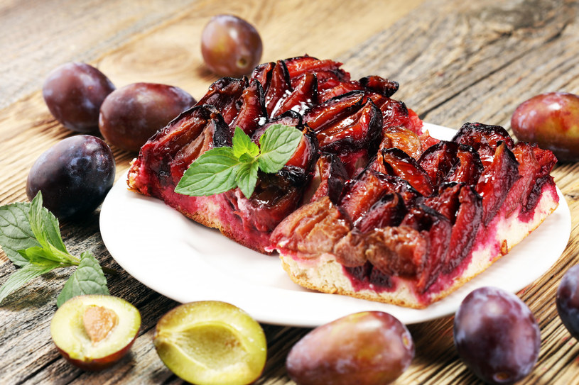 Smakowita tarta ze śliwkami i kremem zachwyci twoich domowników /123RF/PICSEL