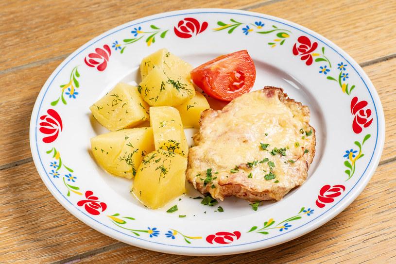 Smakowite połączenie boczku i sera urozmaica tradycyjny obiad /123RF/PICSEL