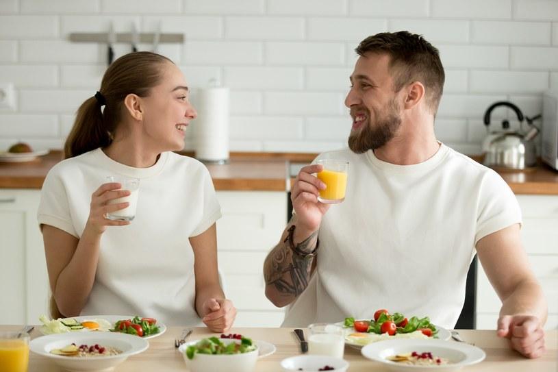 Smakowy jogurt pitny zawiera sporo cukru /123RF/PICSEL