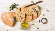 Smarować maragaryną, masłem czy maczać w oliwie?