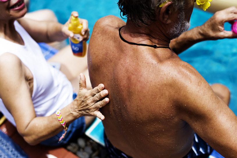 Smarowanie ciała kremami z filtrem to podstawa profilaktyki przed rakiem skóry /123RF/PICSEL