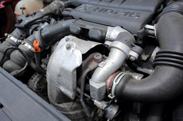 Smarowanie to kluczowa sprawa w przypadku wirnika turbosprężarki, kręcącego się nawet kilkanaście razy szybciej niż wał korbowy silnika. Tym bardziej dziwi, że Peugeot w 1.6 HDi do doprowadzania oleju dla turbosprężarki zastosował cienką i wygiętą rurkę, którą olej musi iść do góry. Zatkana rurka spowoduje zniszczenie turbosprężarki w krótkim czasie, a co więcej, regeneracja będzie nieskuteczna bez wymiany owej rurki. Od tego typu problemów wolny jest w zasadzie silnik 2.0 HDi - ale i tu oczywiście co jakiś czas turbo trzeba zregenerować. /Motor