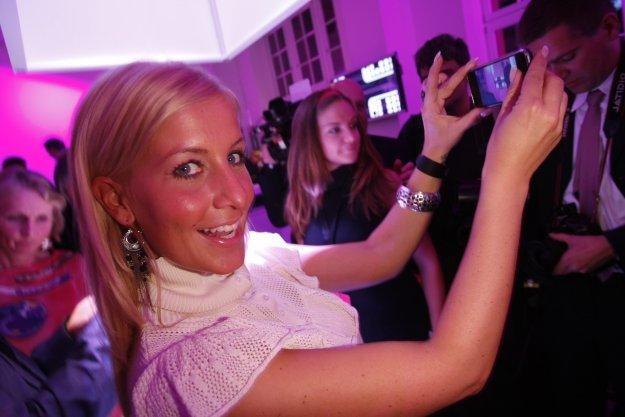 Smartfon dla kobiet ma posiadać m.in. doczepiany, podświetlany wisiorek /stock.xchng
