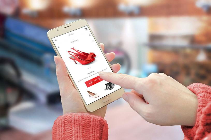 Smartfon jest dziś nie tylko oknem na świat, ale również znakomitym środkiem płatności /123RF/PICSEL