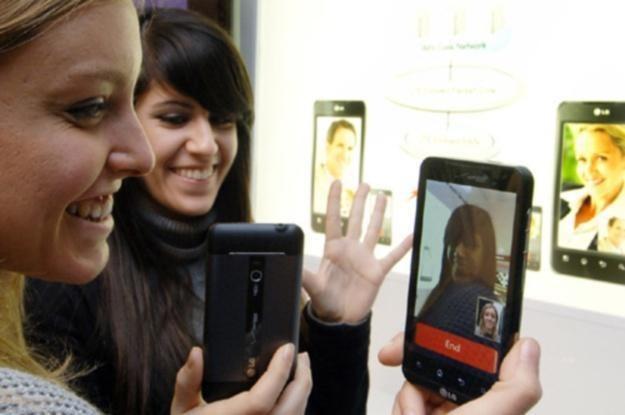 Smartfon - to już nie modny gadżet, tylko realna alternatywa dla komputera osobistego /AFP