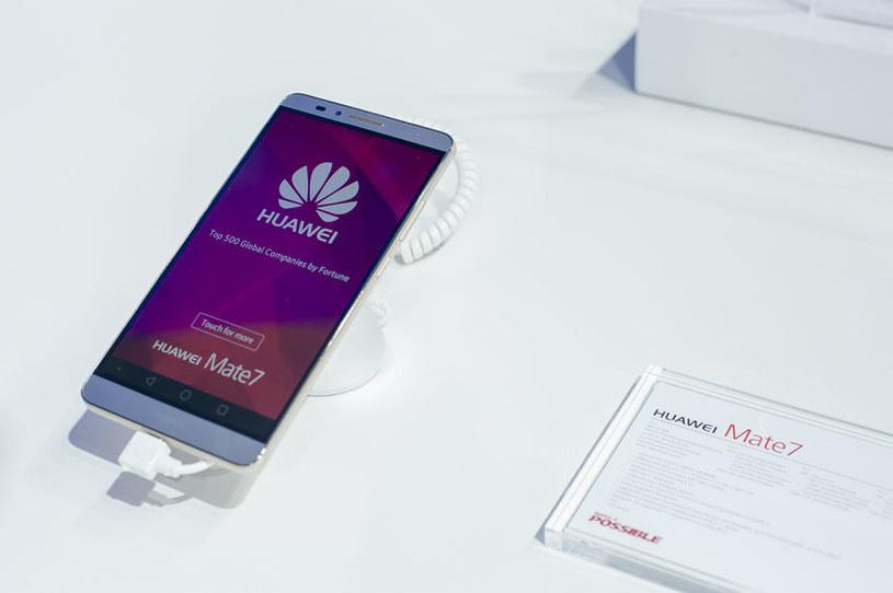 Smartfony Huawei podbijają polski rynek /123RF/PICSEL