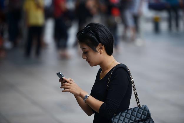 Smartfony i Facebook zastępują samochody? /AFP