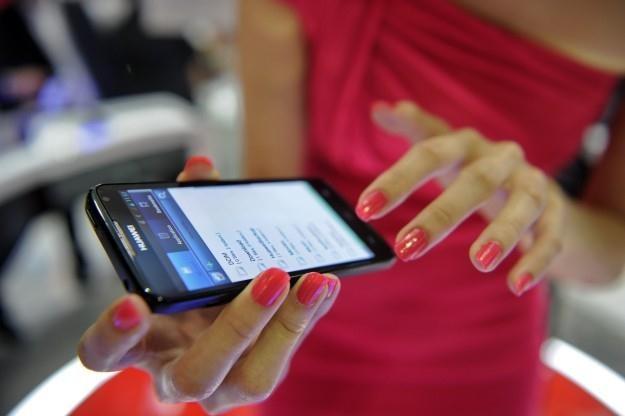 Smartfony podbijają rynek w zawrotnym tempie /AFP