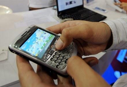 Smartfony stają się coraz popularniejsze /AFP