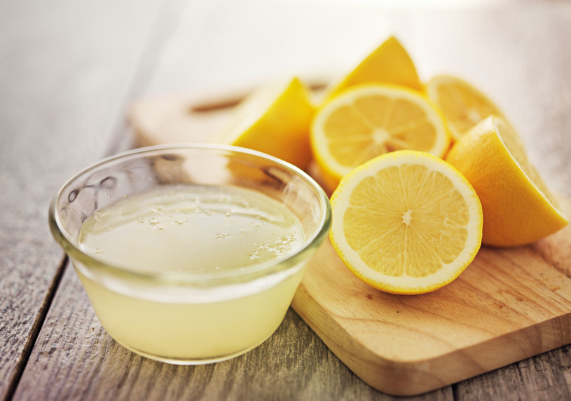 Smaruj nogi sokiem z cytryny 2-3 razy w tygodniu /123RF/PICSEL