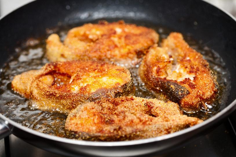 Smażenie ryby może spowodować, że w całym domu będzie brzydko pachnąć /123RF/PICSEL