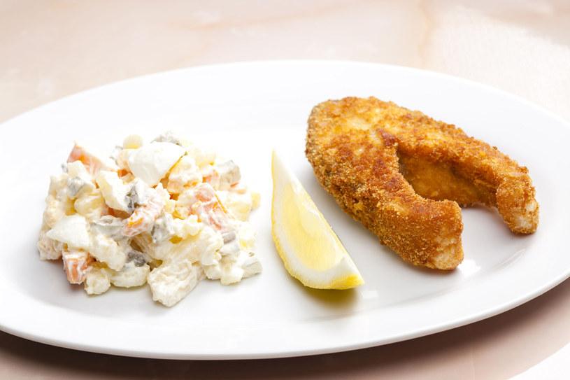 Smażona ryba i sałatka z majonezem? Jest lepsza opcja! /123RF/PICSEL