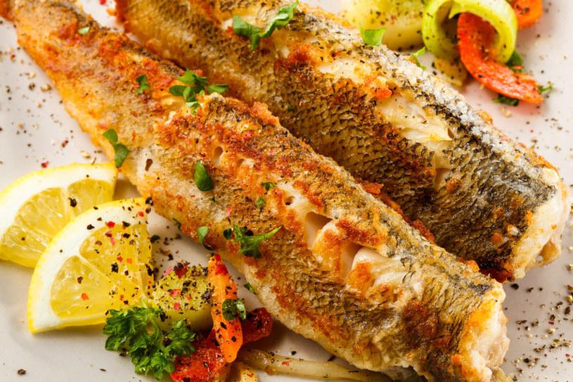 Smażona ryba to popularny pomysł na obiad /123RF/PICSEL