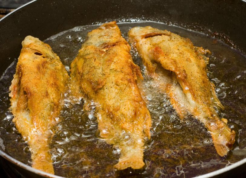 Smażona ryba w panierce chłonie tłuszcz, zamieniając się w bardzo kaloryczny posiłek /123RF/PICSEL