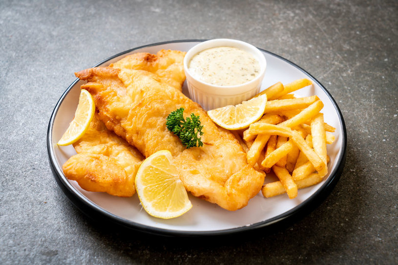 Smażona ryba z frytkami /©123RF/PICSEL