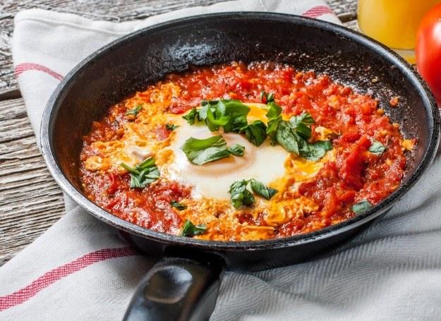 Smażone pomidory z jajkiem sadzonym /123RF/PICSEL
