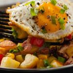 Smażone ziemniaki z warzywami i jajkiem sadzonym