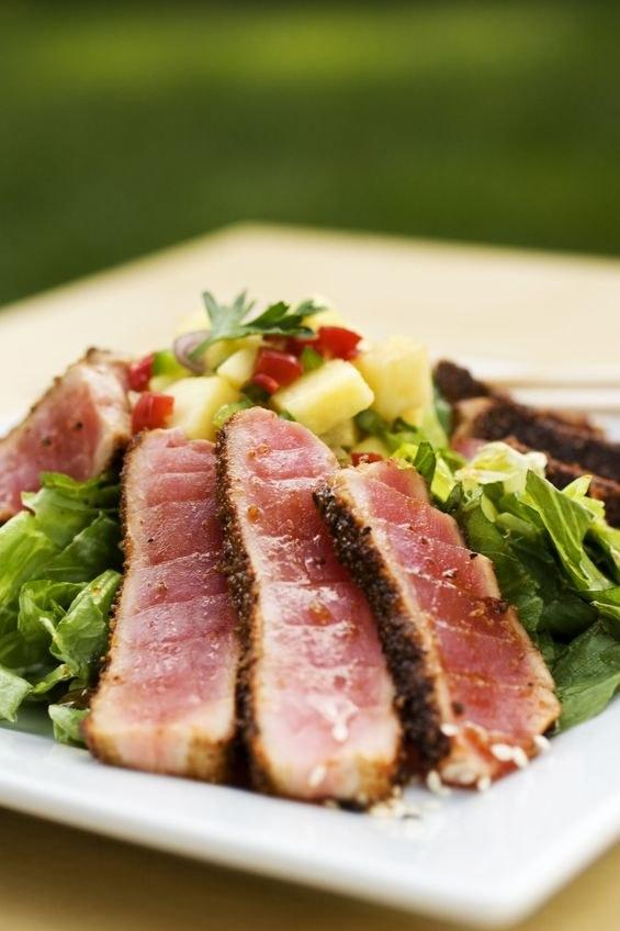 Smażony filet z tuńczyka powienien być lekko surowy w środku /123RF/PICSEL