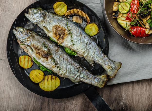 Smażysz rybę? Połóż koło niej ziemniaka /123RF/PICSEL