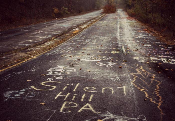 """Śmiałkowie, którzy zdecydowali się """"odwiedzić"""" Centralię zostawiają po sobie pamiątki w postaci podpisów na drodze prowadzącej do miasteczka /materiały prasowe"""