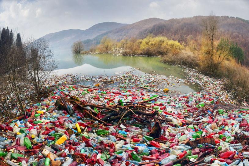 Śmieci pojawiają się w zbiornikach wodnych w alarmujących ilościach /123RF/PICSEL